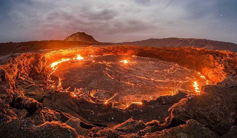Dron capta impactantes imágenes del cráter conocido como «La puerta del infierno»